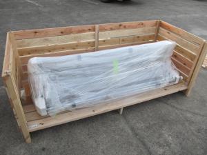 木箱のフタと側面のスライド式の枠を外し、本体を梱包したものを入れてください、